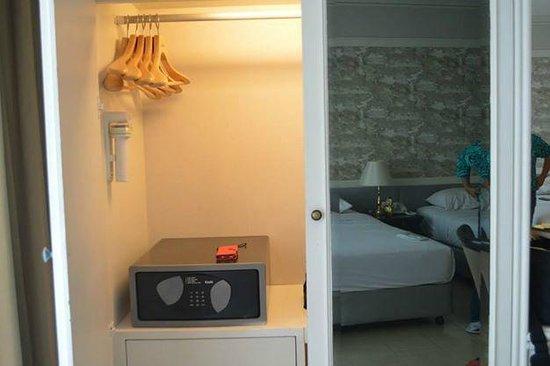 Centre Point Pratunam Hotel : cabinet with safe