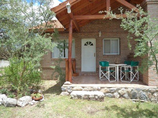El porche con mesa y sillas picture of casas serranas for Mesa porche