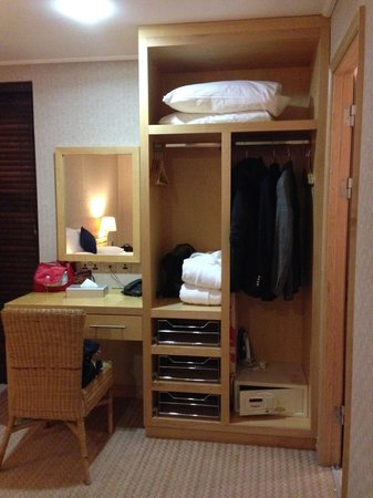Lodge on Loch Lomond: No doors on wardrobes
