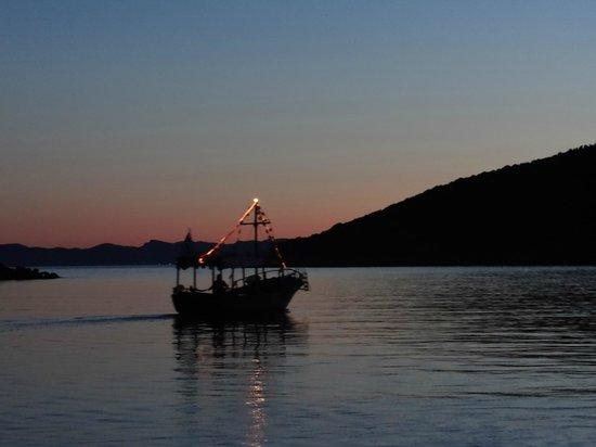 Neilson Retreat Beachclub: Evening Water Taxi to Town