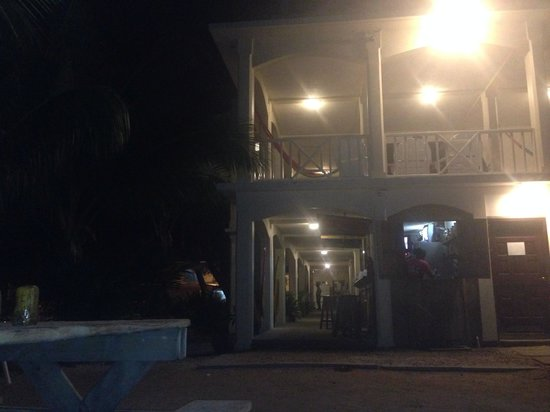 Pirate's Bay Inn Dive Resort : Night view