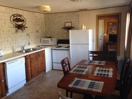 Lakeshore Resort: Kitchen cabin 10