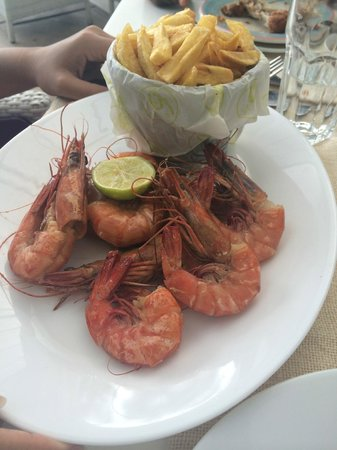 6 Degrees South Grill and Wine Bar: Yummy prawns and fries