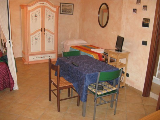 Residenza Cieloterra: monolocale: terzo letto e tavolo