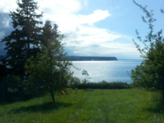 Huber's Inn Port Townsend: A lovely view from just outside town. The whole area is so gorgeous.