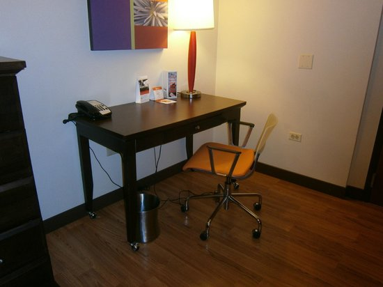 Hotel Indigo Chicago - Vernon Hills: Writing desk and chair