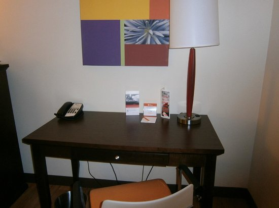 Hotel Indigo Chicago - Vernon Hills: Writing desk
