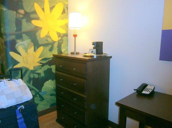 Hotel Indigo Chicago - Vernon Hills: Dresser