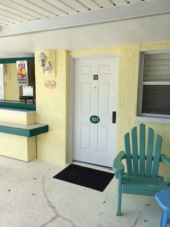 Lemon Tree Inn: Front door to room 101. Buffet bar area to left of image