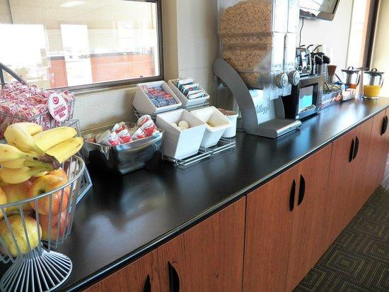 Super 8 Fort Bragg: Breakfast Bar