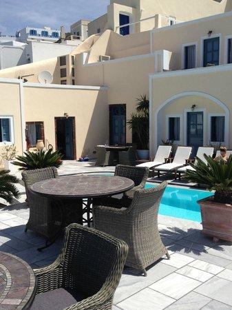Anteliz Suites Santorini: rooms with view onto pool terrace