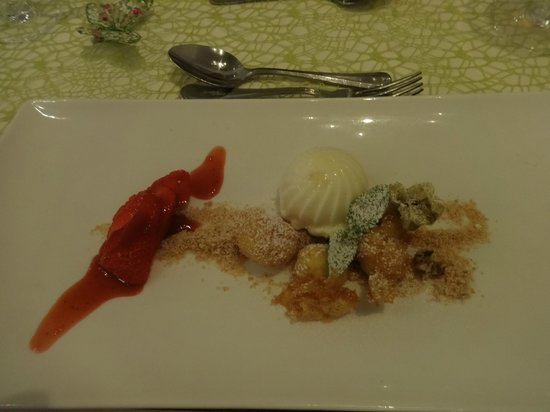 Restaurant Kornhauslturm: Gebratene Topfenknödel mit Erdbeeren und Milcheis