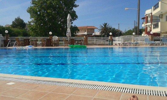 Hotel Karras: Pool sun lounger view