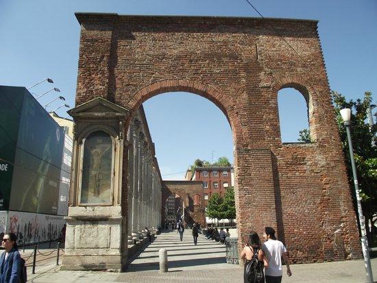 Colonne di San Lorenzo : Arco (resto de um edifício romano demolido em 1935) das 16 colunas romanas.