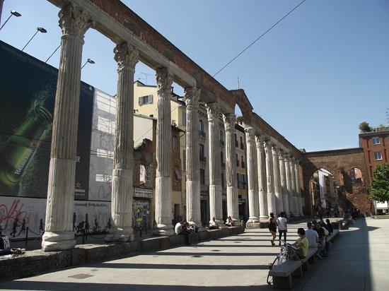 Colonne di San Lorenzo : 16 colunas de mármores construídas no século III, no local havia as termas do Imperador Massimia
