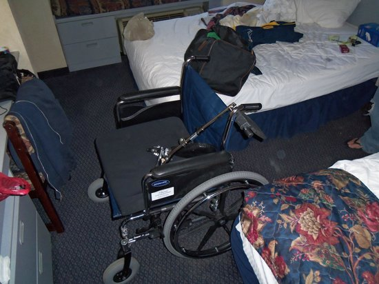 Microtel Inn & Suites by Wyndham Hagerstown: Wheelchair won't fit between the beds