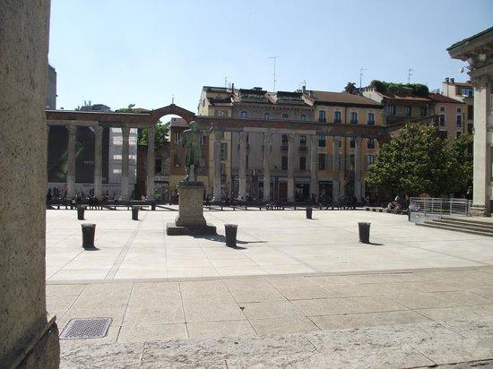 Colonne di San Lorenzo : Colunas di San Lorenzo vistas da entrada da igreja do mesmo santo.