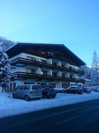 Active Hotel Wildkogel: Winterhotel im Schnee...