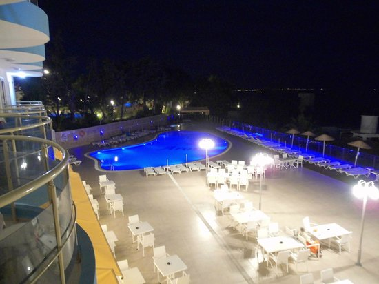 Arora Hotel: Piscine by night