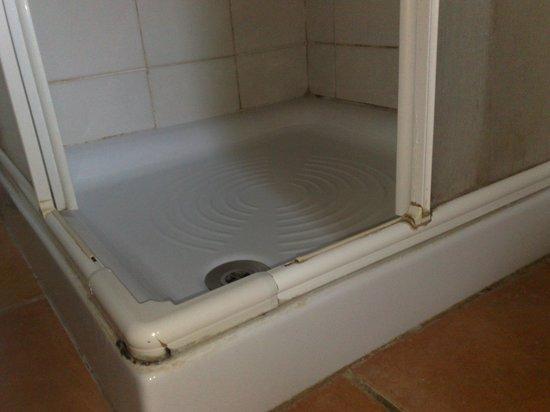 Hotel Giardino d'Europa: senza parole la muffa nera nella doccia: da ASL. Da chiusra Hotel