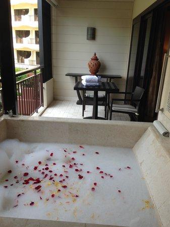Shangri-La's Rasa Sayang Resort & Spa : Bath on the balconny