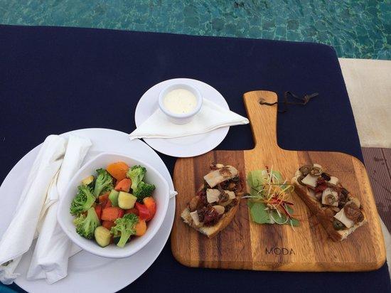 Outrigger Fiji Beach Resort: Adult pool food