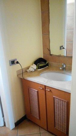 Crioula Club Hotel & Resort: Antibagno con altro lavandino