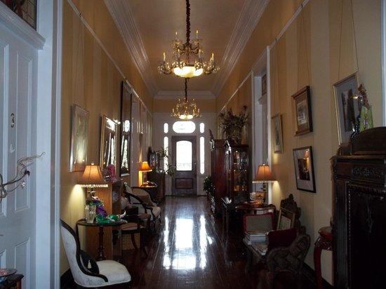 Ashton's Bed and Breakfast: main hallway of Jazz Festival room