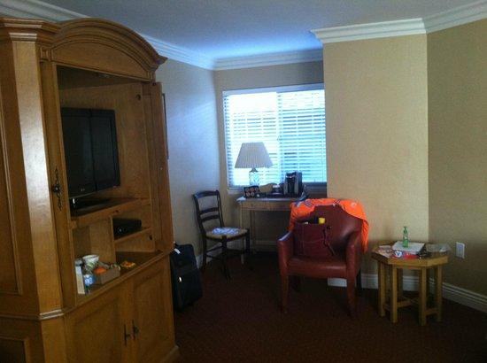 Candle Light Inn: Room 2 with mini fridge, tea/coffee machine and three windows
