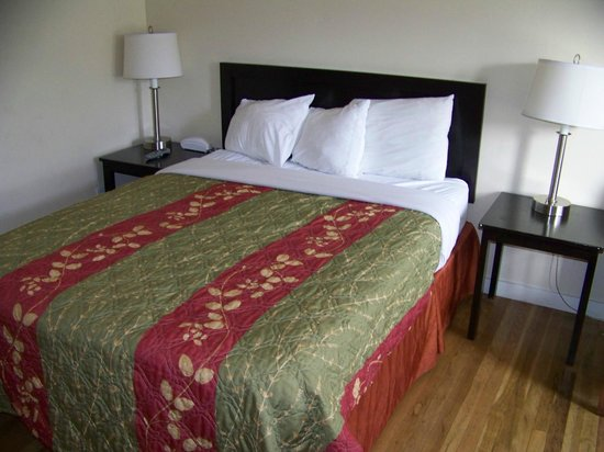 Bay Front Inn: Queen size bed & tables