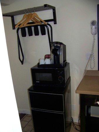 Bay Front Inn: Microwave, refrig, Keurig, closet