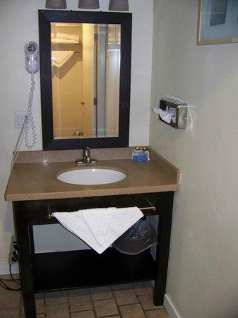 Bay Front Inn: Sink area