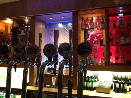 Hilton Garden Inn London Heathrow Airport: The bar. Notice free pours