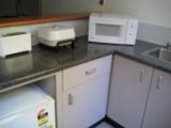 DeVere Hotel: Kitchenette in Family Studio Room