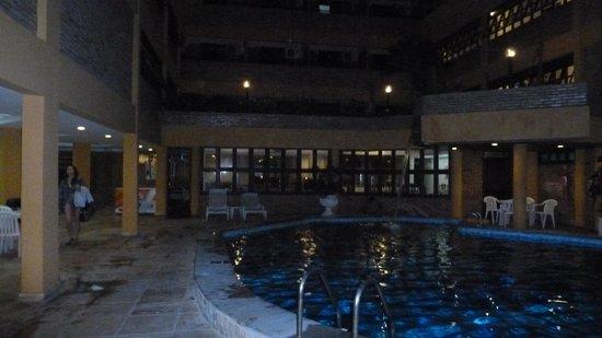 Hotel Pizzato Praia: área da piscina a noite