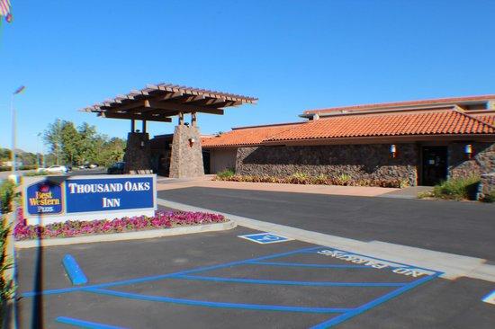 Best Western Plus Thousand Oaks Inn: Hotel Driveway