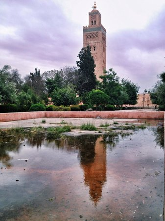 Mosquée et minaret de Koutoubia : The Koutoubia Mosque from the pond that used to be a place for Wudhu