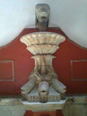 Diego Rivera Museum and Home (Museo Casa Diego Rivera): Dog & 3 fish fountain at main square in the house