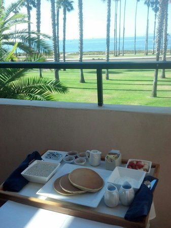The Fess Parker - A Doubletree by Hilton Resort: Great room service- had breakfast right on the balcony with a view!