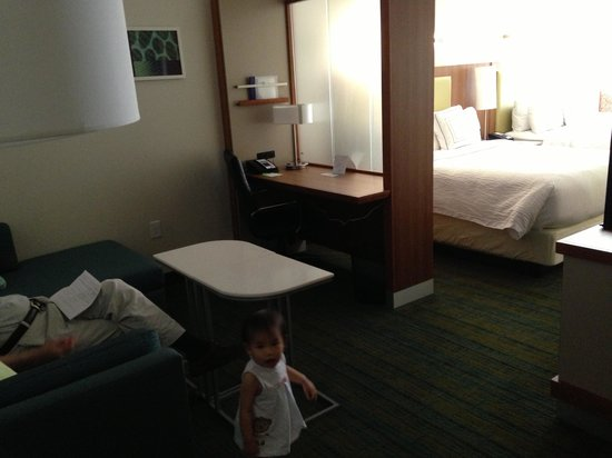 SpringHill Suites Anaheim Maingate: Another view of bedroom and desk area