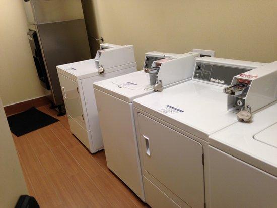 SpringHill Suites Anaheim Maingate: Laundry area!