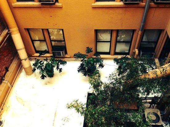 Hotel Triton: Courtyard