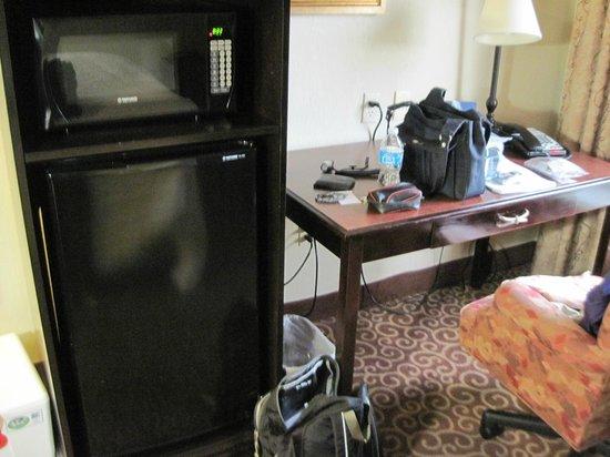 Hampton Inn Arkadelphia: Microwave/fridge and work desk