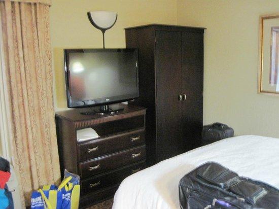 Hampton Inn Arkadelphia: Flat screen TV and armoire