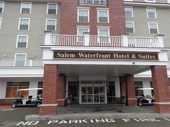 Salem Waterfront Hotel & Suites : The front entrance of the hotel