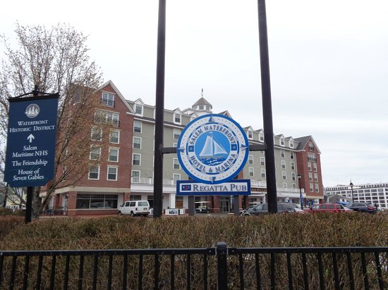 Salem Waterfront Hotel & Suites: The entrance to the hotel parking lot