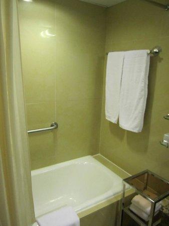 Cosmopolitan Hotel Hong Kong: Bathroom - separate bath