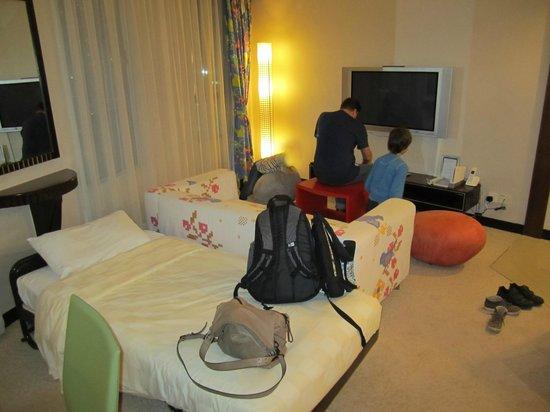 Dorsett Wanchai, Hong Kong: Living area - with Wii!