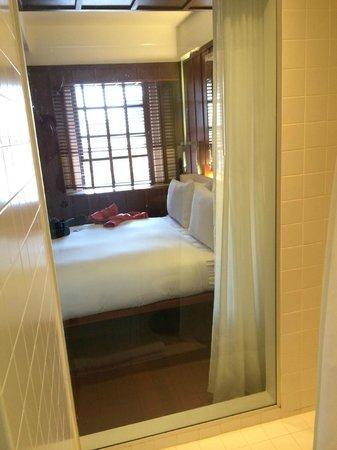 Hudson Hotel New York : Banheiro tem vidro que separa do quarto