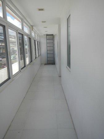 Islands Stay Hotels Mactan: small hallway. seems like you're in a highschool corridor.